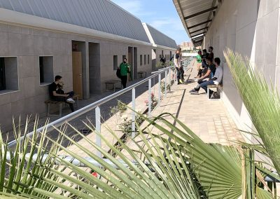 Alumnos/as en pasillos aulas