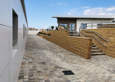 Pasillo acceso aulas y edificio administrativo