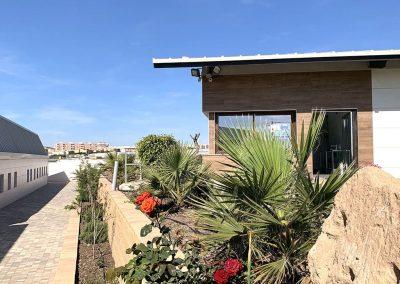 Jardineras y edificio administrativo